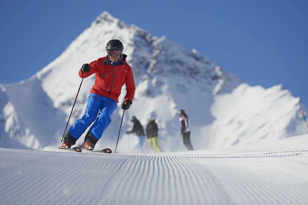 Skifahrer in Splügen mit dem Piz Tambo im Hintergrund - © Yannick Andrea