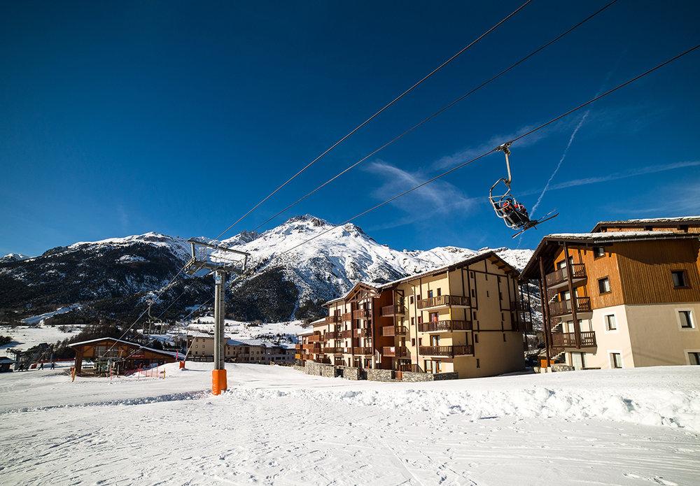 Départ skis aux pieds depuis les hébergements de Val Cenis - © OT Haute Maurienne Vanoise / A Pernet