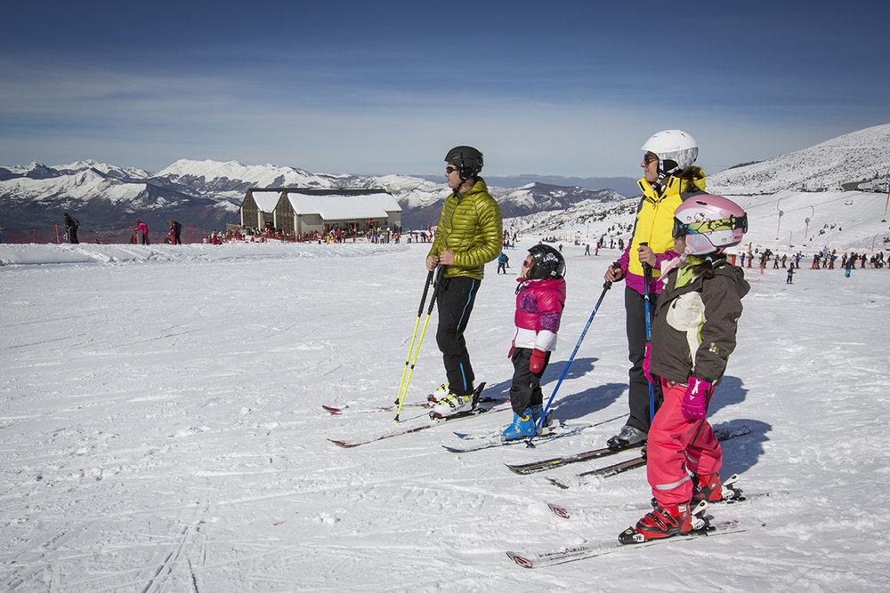 Plaisirs du ski en famille sur les pistes d'Hautacam - © Pierre Meyer