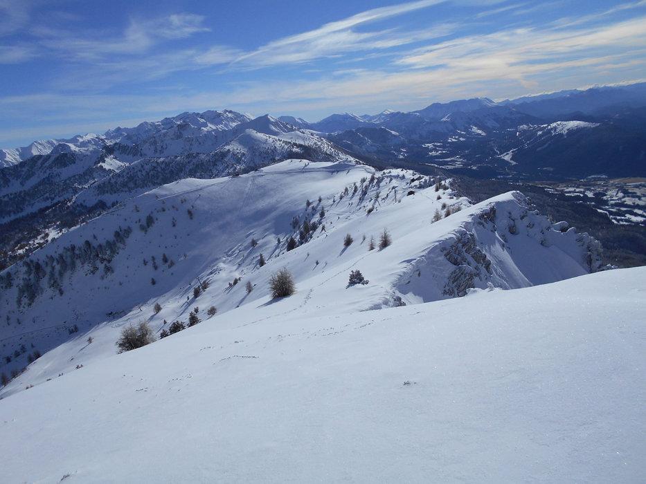 Sur les crètes séparrant les deux versants du domaine skiable de Montclar - © Station de Montclar