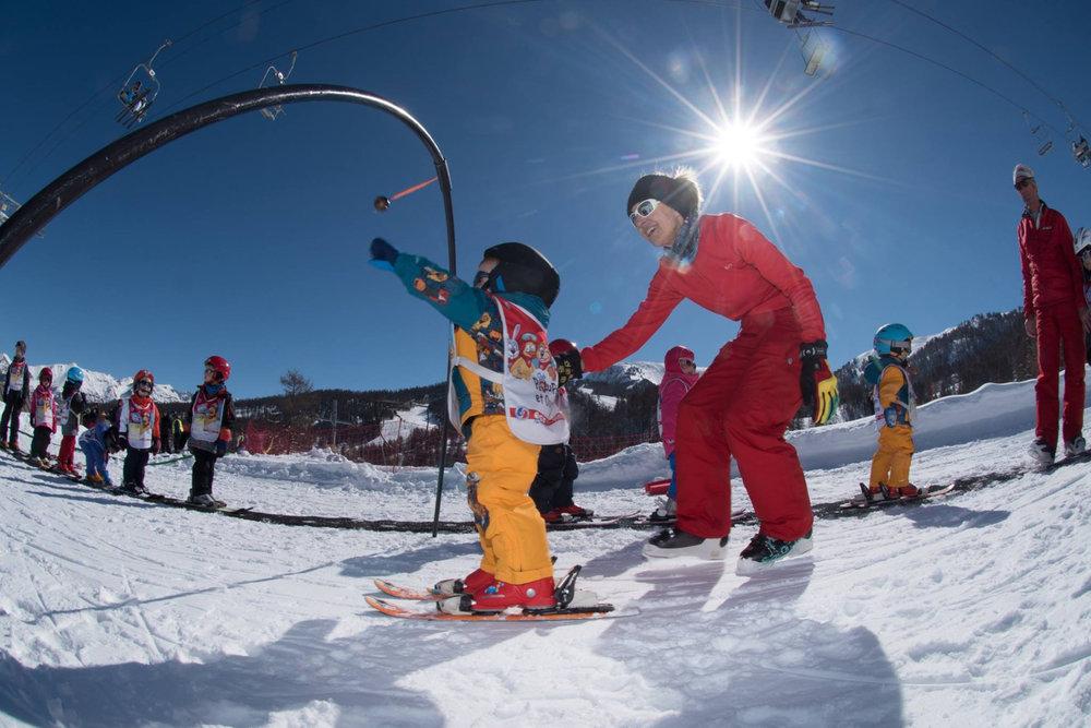 Apprentissage du ski sur l'espace débutants de Risoul - © OT de Risoul