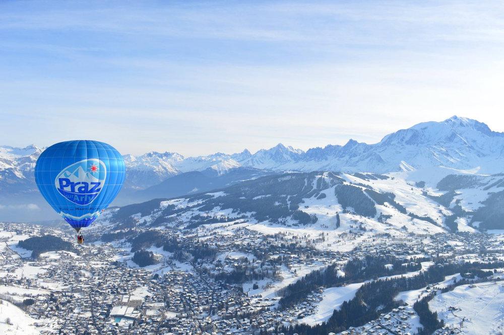 Survol en montgolfière de la station de Praz sur Arly - © Office de Tourisme de Praz sur Arly