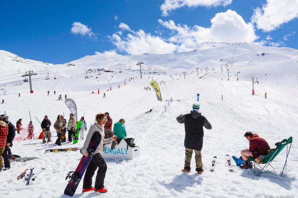 Ambiance printanière sur les pistes de ski de Piau Engaly : soleil, neige et fun... - © Office de Tourisme de Piau Engaly