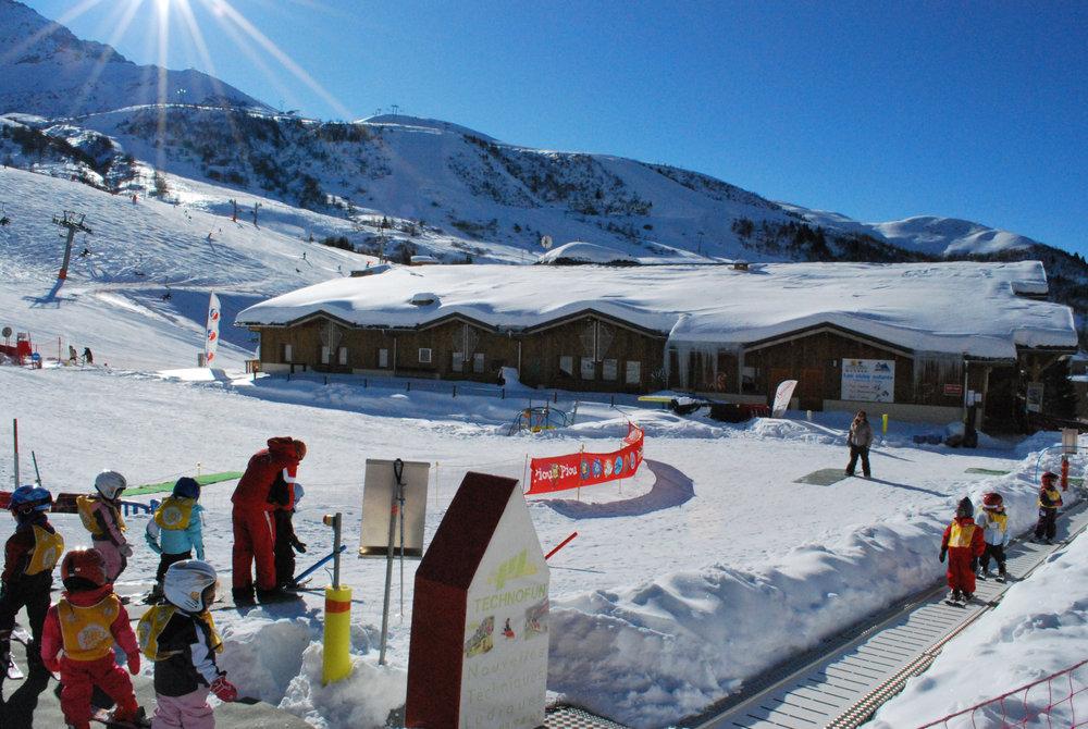 Apprentissage du ski sur l'espace débutants du Club Pioi Piou de St François Longchamp - © Office de Tourisme de St François Longchamp