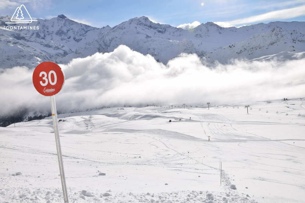 Conditions de ski idéales (neige fraiche et soleil généreux) sur les pistes des Contamines Montjoie - © Station de ski des Contamines Montjoie