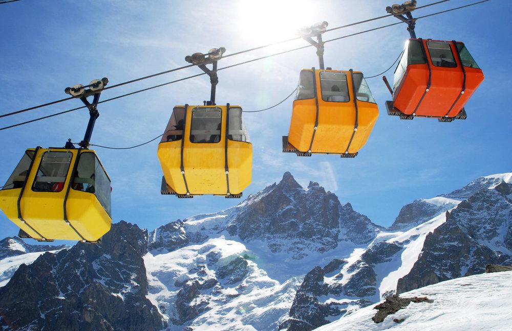 Le mythique téléphérique de la Grave et ses célèbres cabines multicolores vous emmène jusqu'à 3200 mètres d'altitude carresser les cimes de la Meije - © OT de la Grave la Meige