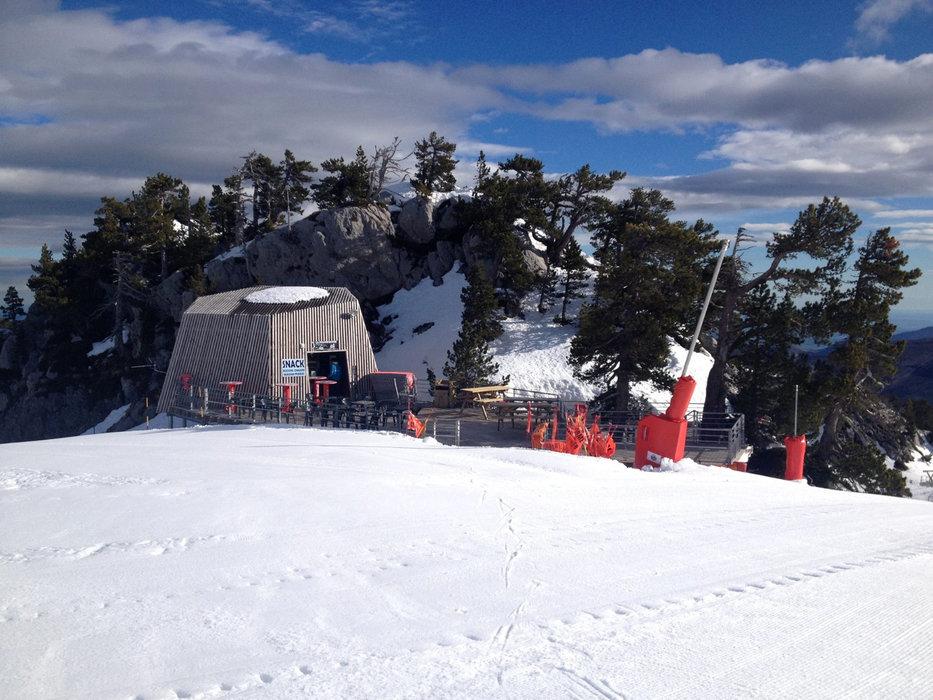 Une petite pause déjeuner en terrasse sur le domaine skiable de la Pierre St Martin... - © Office de Tourisme – La Pierre Saint-Martin / Vallée de Barétous