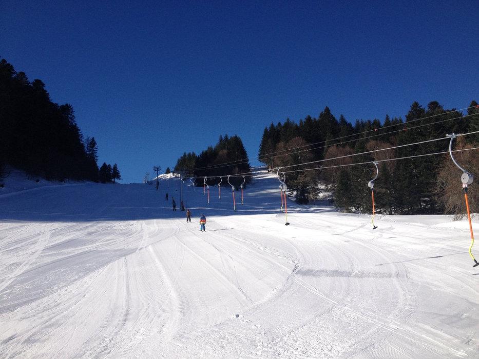 Conditions de ski idéales (neige fraiche et soleil généreux) sur les pistes du Mourtis - © Régie du Mourtis
