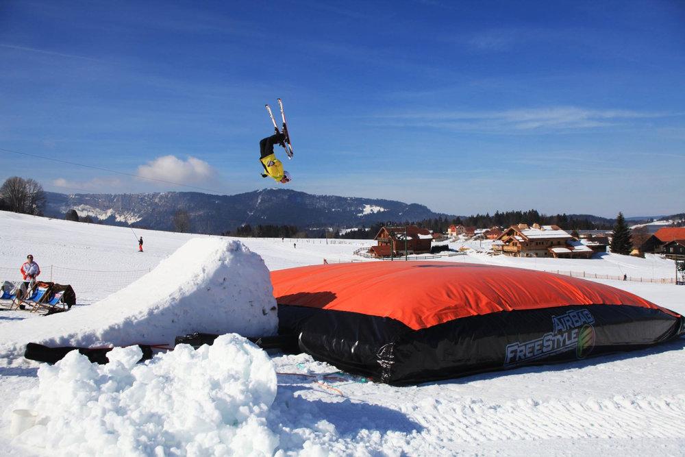 Session freestyle en toute sécurité sur le big air bag de Métabief - © Métabief Tourisme