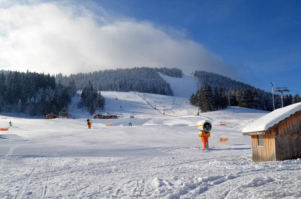 Conditions de ski idéales (neige fraiche et soleil généreux) sur les pistes de Métabief - © Métabief Tourisme