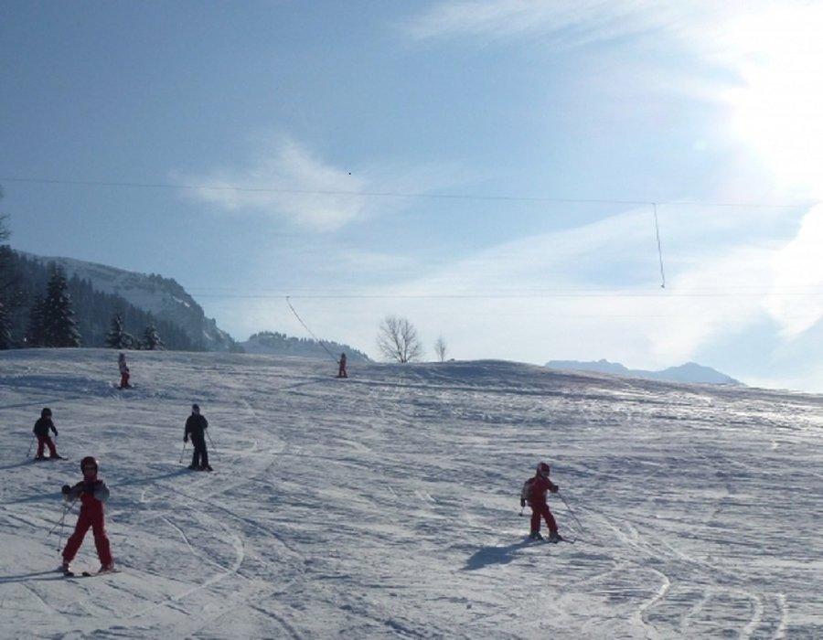 Apprentissage du ski sur l'espace débutants de Romme - © Office de Tourisme Intercommunal Communauté de communes Cluses Arve & montagnes