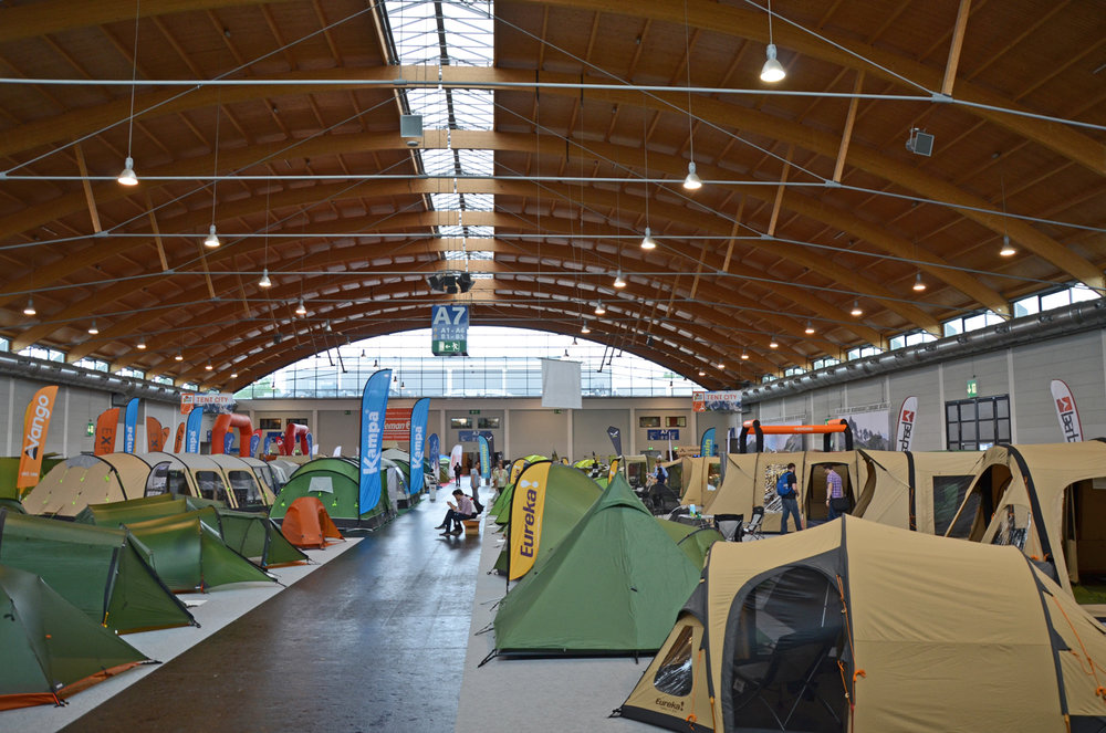 Blick auf die Zelthalle der OutDoor 2016 - © bergleben.de
