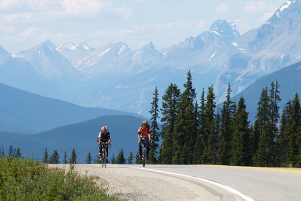 Cresting the highest point on the Icefields Parkway. - © BE Randonneurs / Flickr