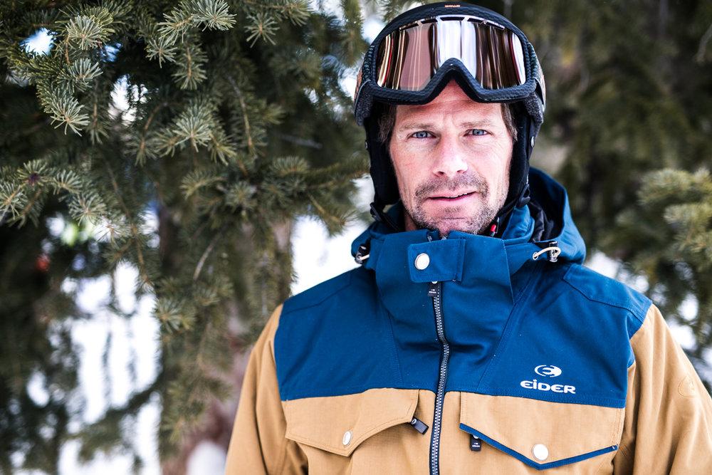 Paul Hill (42) jobber som brannmann og skiinstruktør. Han elsker å dra på eventyr utenfor løypene. - © Liam Doran