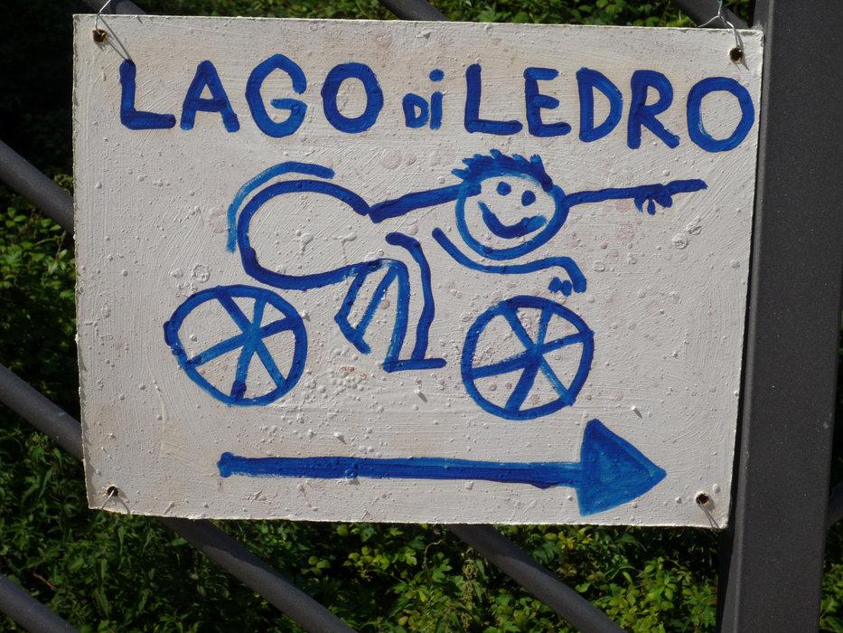 Hinweisschild für Biker zum  Lago di Ledro  - © Armin Herb
