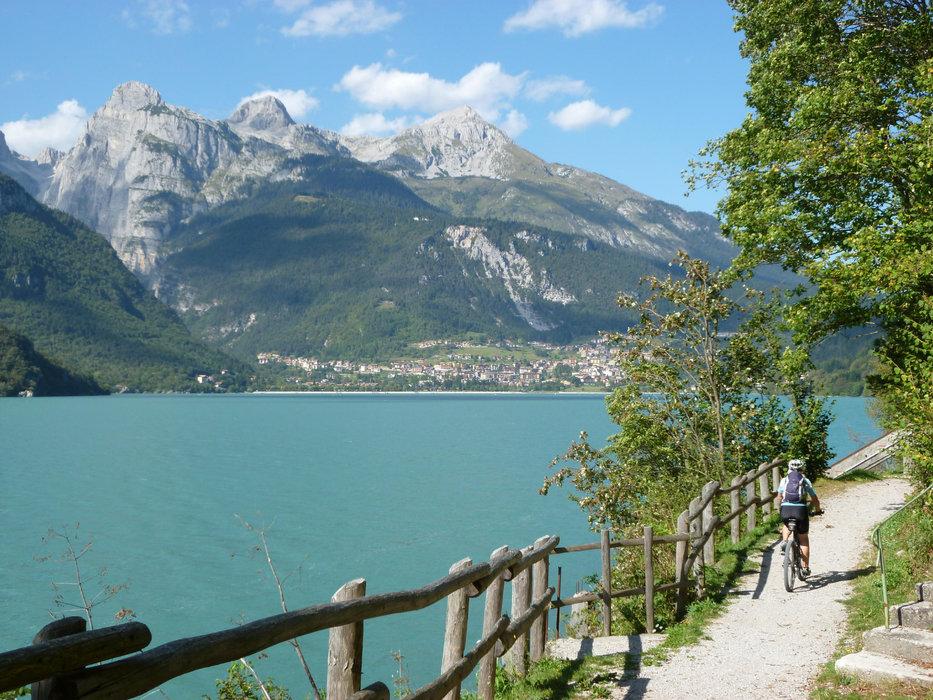 Lago di Molveno auf der  Ostseite der Brenta nördlich des Gardasees  - © Armin Herb