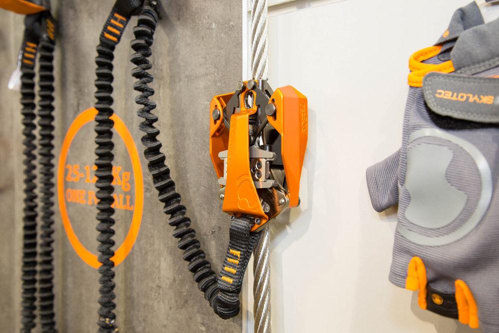Der RIDER 3.0 von Skylotec ist ein innovatives Klettersteigset, bei dem ein Karabiner durch eine einfach zu bedienene Seilklemme ersetzt wird. Tiefe Stürze gehören damit der Vergangenheit an. - © Bergleben.de