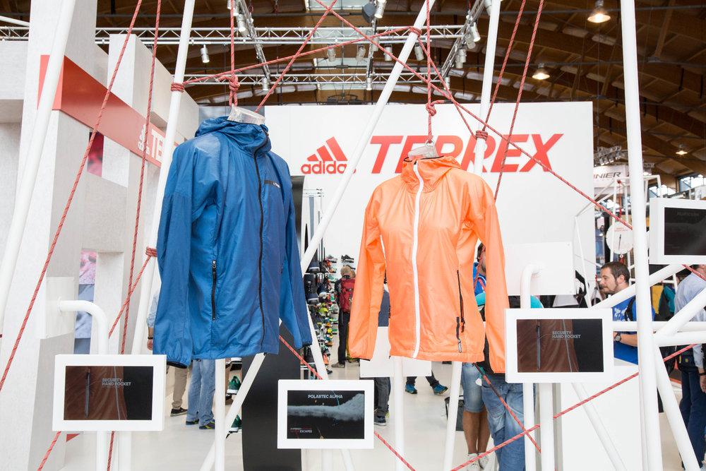 Ein Highlight by adidas: Die TERREX Agravic Alpha Hooded Shield Jacket ist mit einer Polartec® Alpha® Isolierung versehen. Pertex Quantum® bietet eine ideale Kombination aus Strapazierfähigkeit und geringem Gewicht - © Bergleben.de