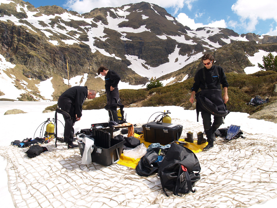 Scuba divers preparing gear in Vallnord, AND.