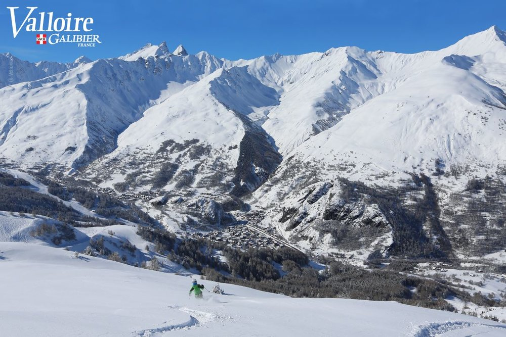 Session ski hors piste sur les pentes enneigées de Valloire - © Office de Tourisme de Valloire