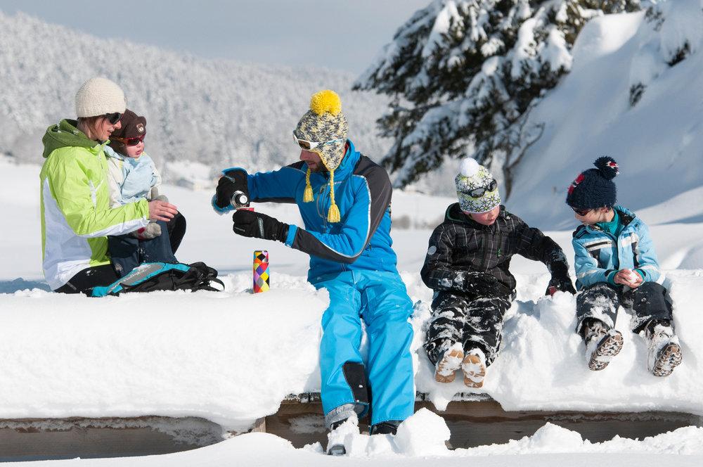Plaisirs partagés en famille sur le domaine skiable de Métabief - © Station de Métabief