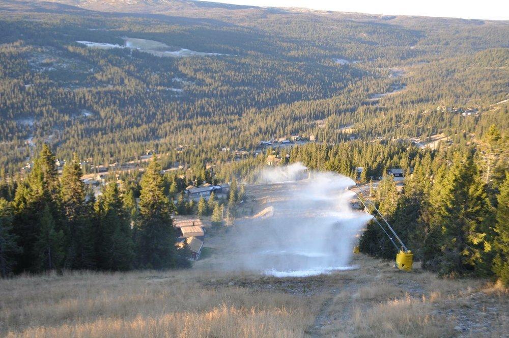 Nå er snøkanonene i gang for fullt i Kvitfjell. På grunn av kaldt vært kunne de sette i gang med snøproduksjon tre uker før planlagt sesongstart. - © Kvitfjell