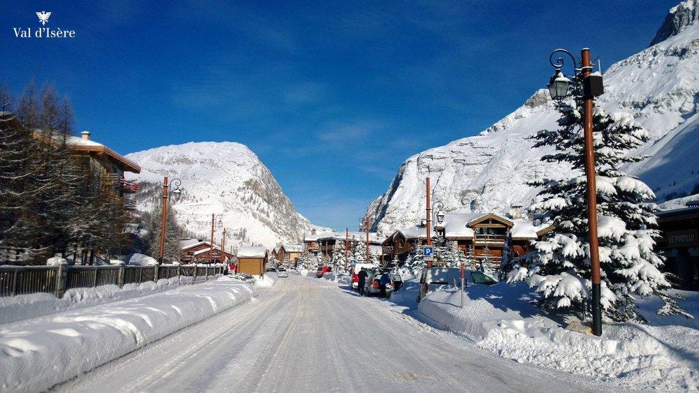 Dans les rues enneigées de Val d'Isère - © Office de tourisme de Val d'Isère