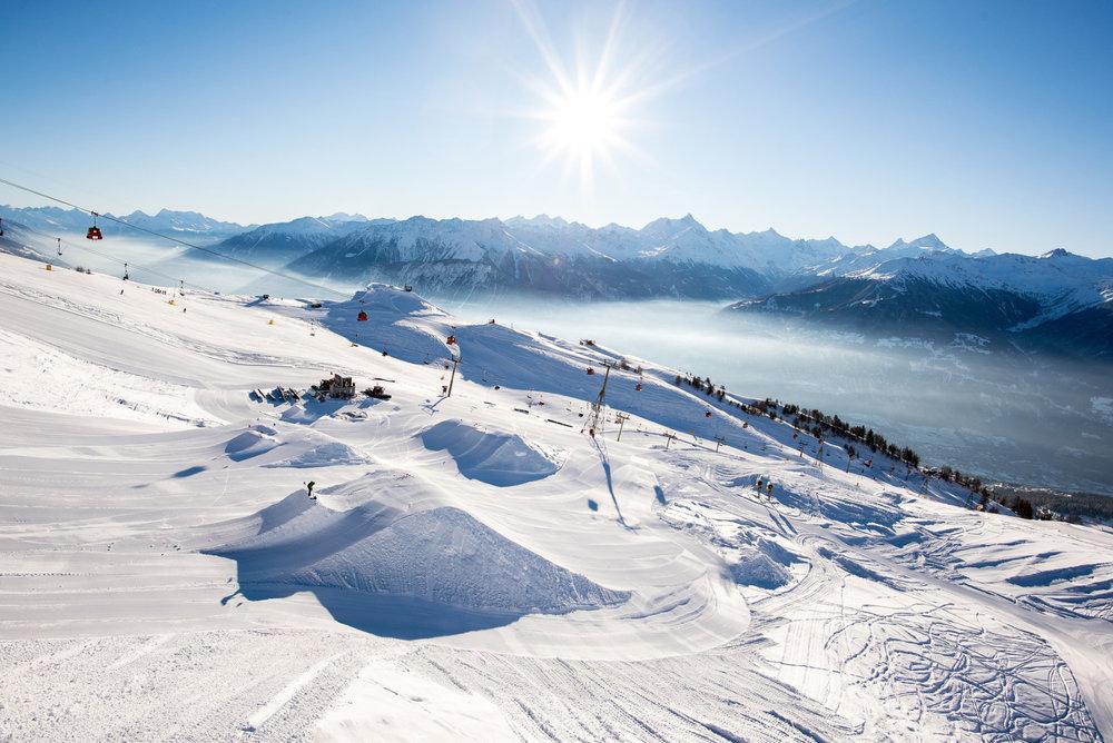 Session freestyle sur le snowpark de Crans Montana - © Crans-Montana Tourisme & Congrès / Olivier Maire