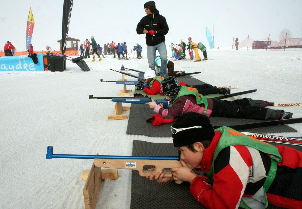 Initiation au biathlon sur le pas de tir de Méaudre - © Office de Tourisme de Méaudre / Nadine Clauzier