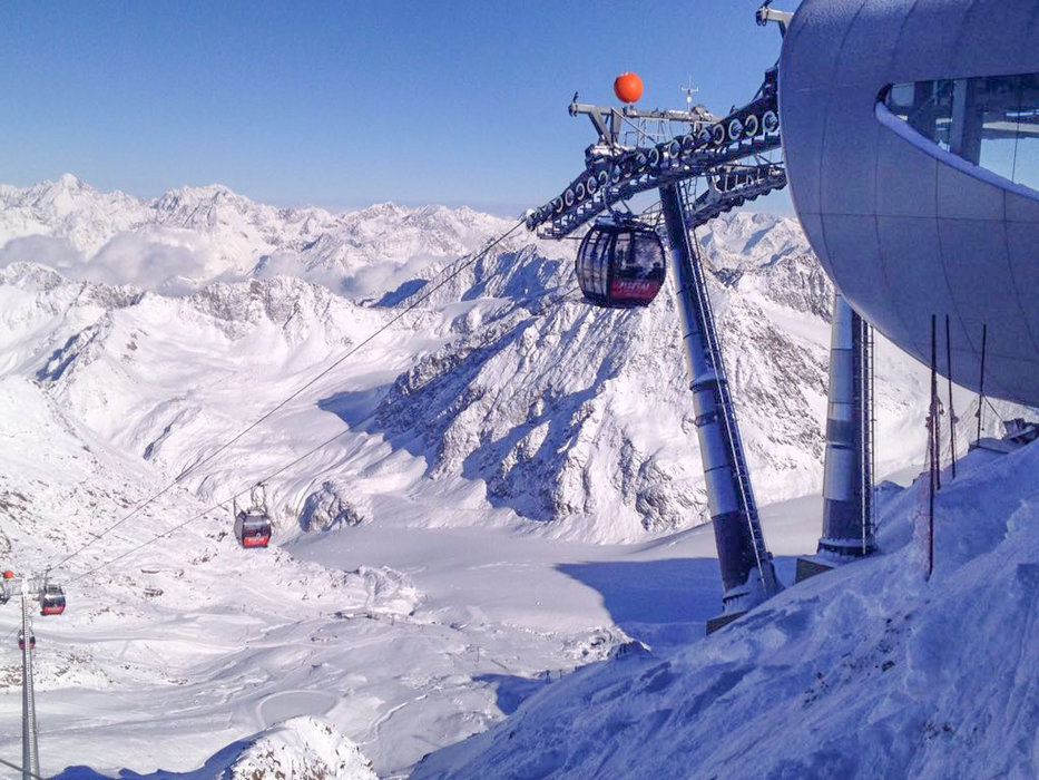 Die Wildspitzbahn bringt eifrig Besucher auf den Berg - © Marcus Herovitsch/Pitztaler Gletscher