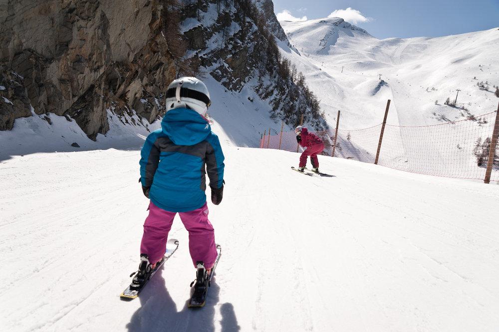 Les plaisirs du ski en famille sur le domaine skiable des Karellis - © Alban Pernet / OT les Karellis