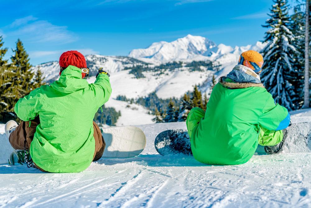 Les plaisirs du ski et du snowboard entre amis sur le domaine skiable de l'Espace Diamant à Crest Voland - © Labellemontagne Crest-Voland Cohennoz