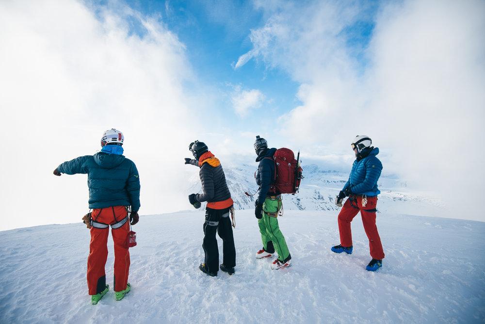 Det er ikke alltid man blir møtt med panoramautsikt, da været i Jotunheimen er vanskelig å forutse. Stemningen i gruppen var imidlertid god med engasjerte diskusjoner. - © Tor Berge - Norexplore