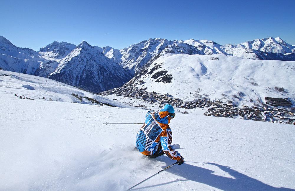 Session ski hors piste sur les pentes enneigées des 2 Alpes - © OT Les 2 Alpes / B. Longo