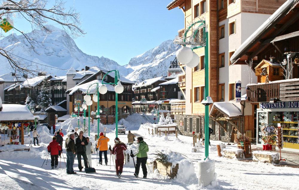 Ambiance hivernale dans les rues des 2 Alpes - © OT Les 2 Alpes / B. Longo