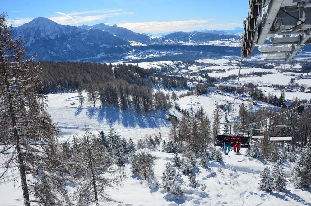 Vue sur la station de ski de Chaillol et ses résidences en pied de pistes, en surplomb de la vallée du Champsaur - © OT St Michel de Chaillol