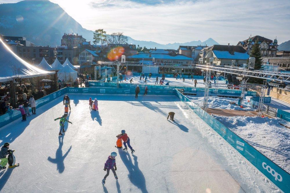 """Das Eismärchen """"ICE MAGIC Interlaken"""" verwandelt das Zentrum in ein winterliches Wunderland. - © Interlaken Tourismus"""