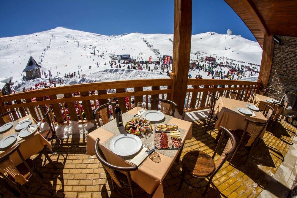 Entre deux descentes à skis, petite pause détente en terrasse. Elle n'est pas belle la vie en Sierra Nevada ? - © Sierra Nevada