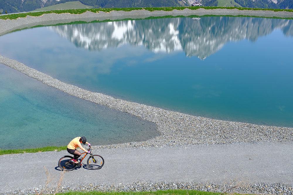 Cyklistika okolo průzračné hladiny jezera a v objetí horských štítů - © Puradies Hotel