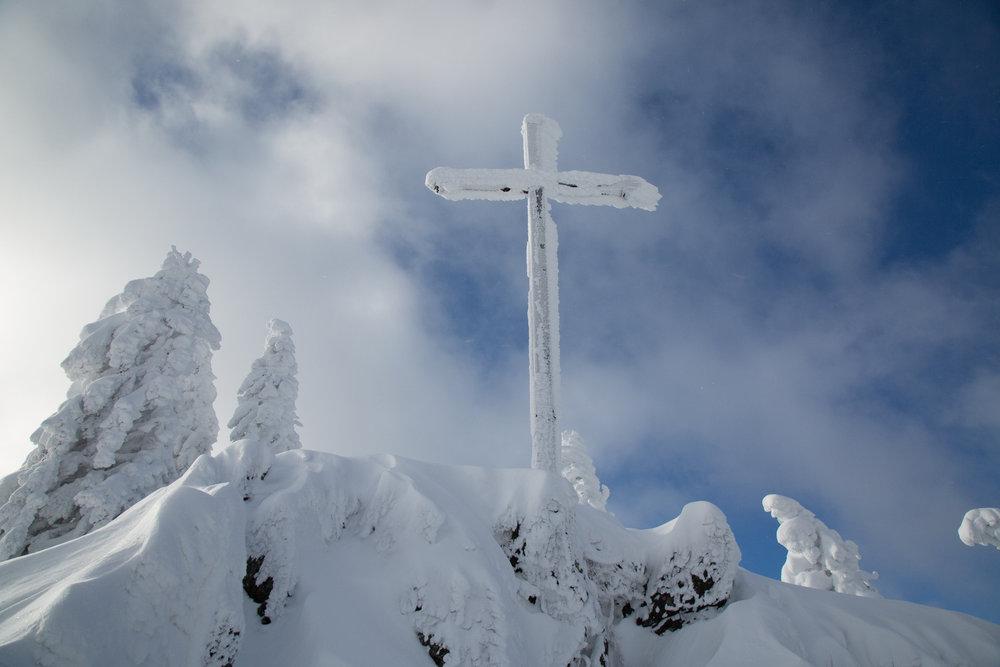 Vrcholový kríž pri hornej stanici lanovky Fleckalmbahn - © Skiinfo
