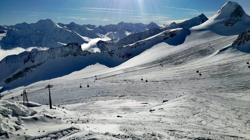 Szerokie, niebieskie trasy na lodowcu Tiefenbach sa idealne do ćwiczenia jazdy carvingowej