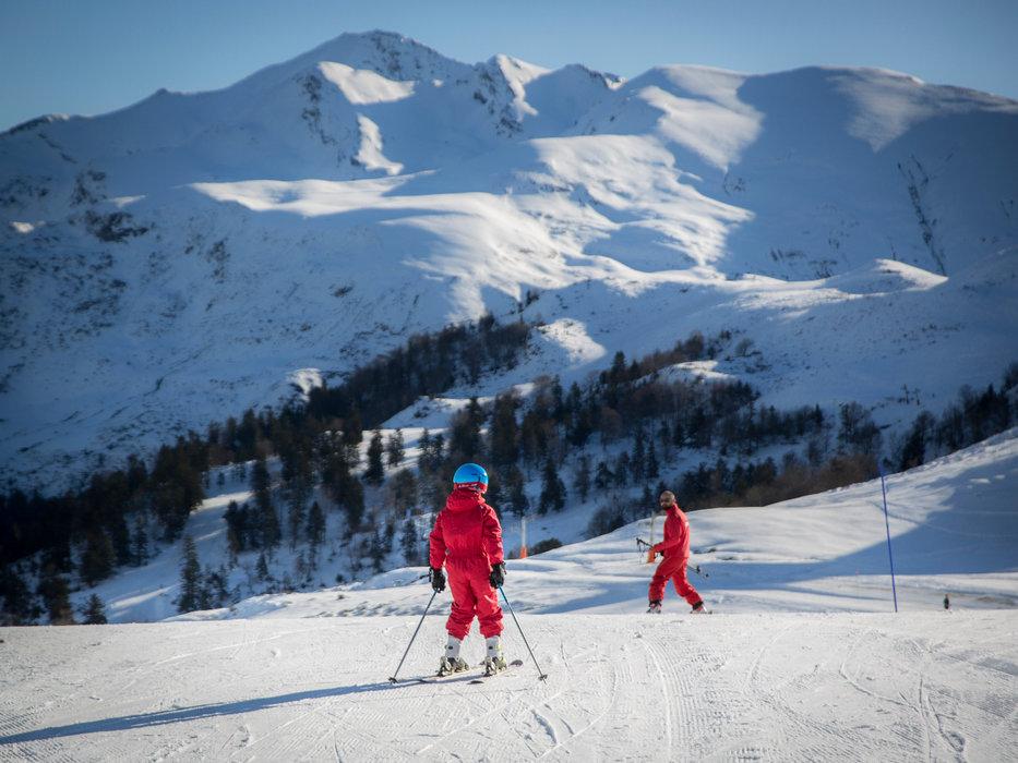 Apprentissage du ski sur les pistes d'Hautacam - © AGENCE TOURISTIQUE DES VALLÉES DE GAVARNIE
