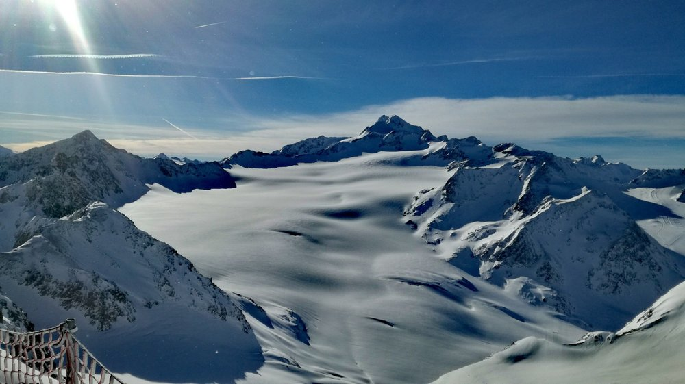Najwyższy szczyt Tyrolu Wildspitze (3.768 m n.p.m.) widziany ze szczytu lodowca Tiefenbach w Sölden - © Skiinfo
