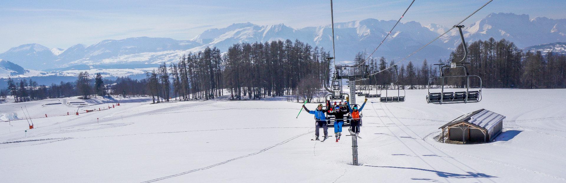 En route pour les pistes de ski de Saint Léger les Mélèzes... Soleil et neige fraiche, le combo gagnant du Champsaur dans les Hautes-Alpes... - © Office de Tourisme du Champsaur