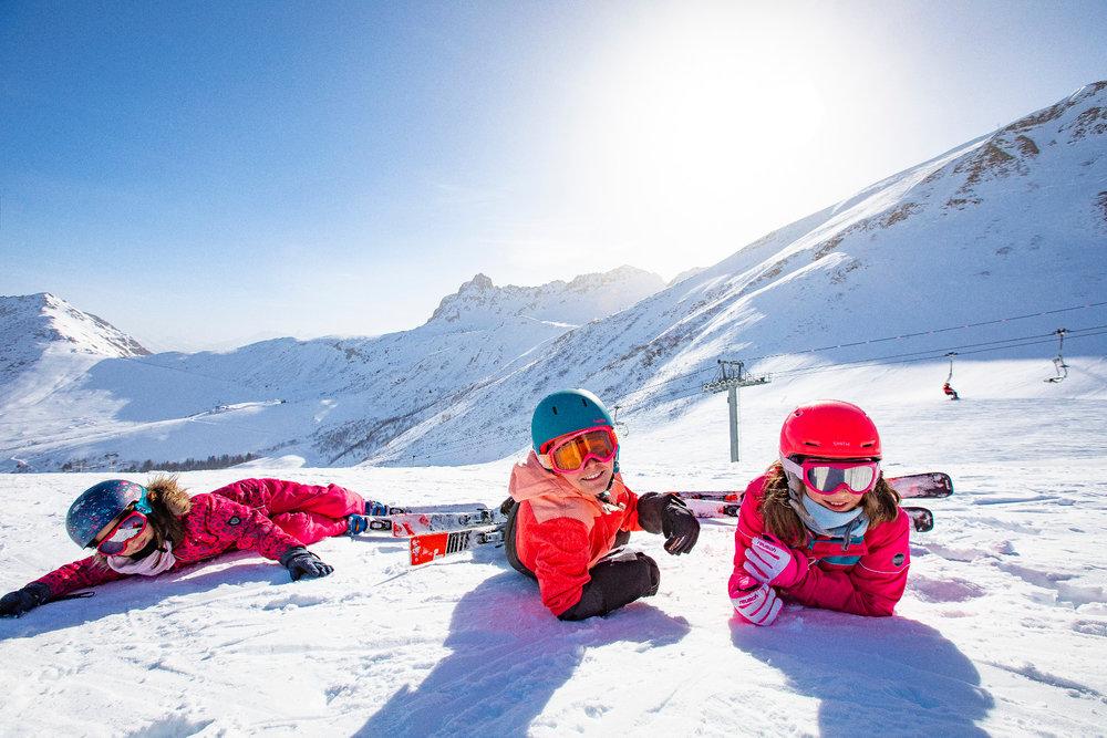 Les joies de la glisse pour les grands et les petits sur les pistes enneigées de Valmorel - © Office de Tourisme de Valmorel