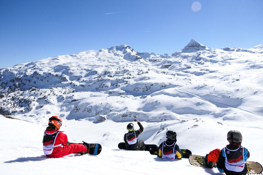 Initiation au snowboard sur les pentes enneigées de la Pierre Saint Martin - © EPSA / Domaine de la Pierre Saint Martin