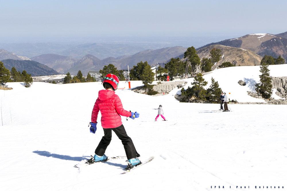Apprentissage du ski sur l'espace découverte de la Pierre Saint Martin - © EPSA / Domaine de la Pierre Saint Martin