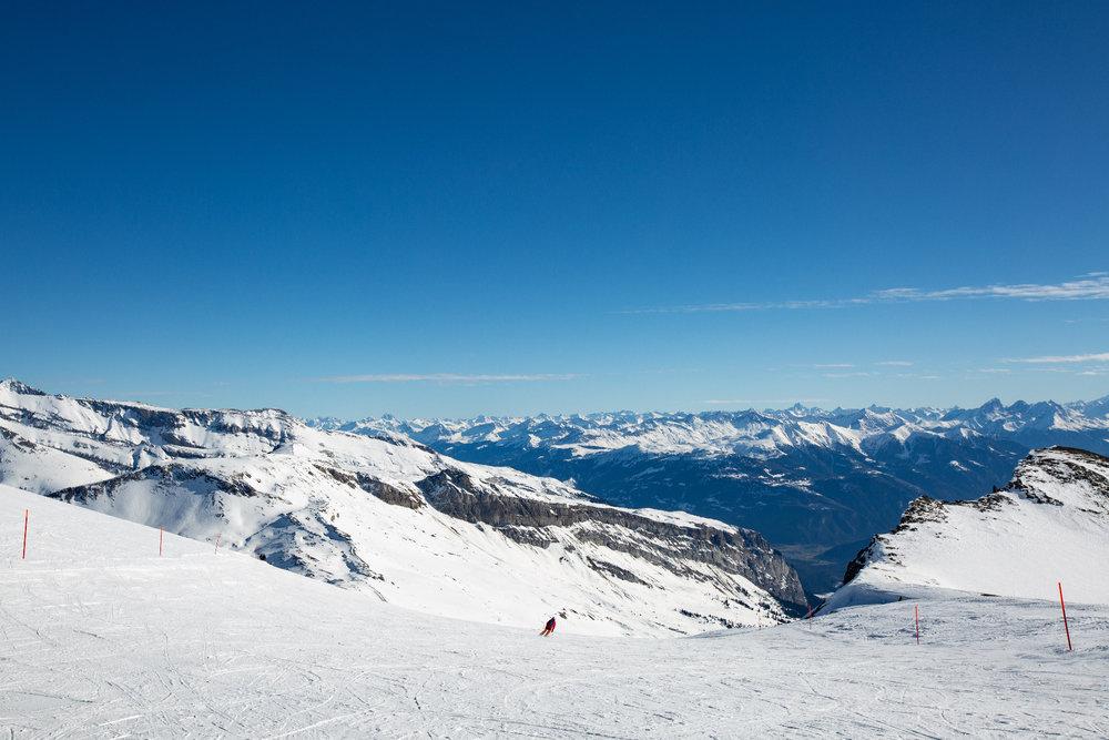 Eine der schönsten Abfahrten führt von La Siala hinab Richtung Bergstation Grauberg - im Hintergrund die Bündner Alpen - © Skiinfo | Sebastian Lindemeyer