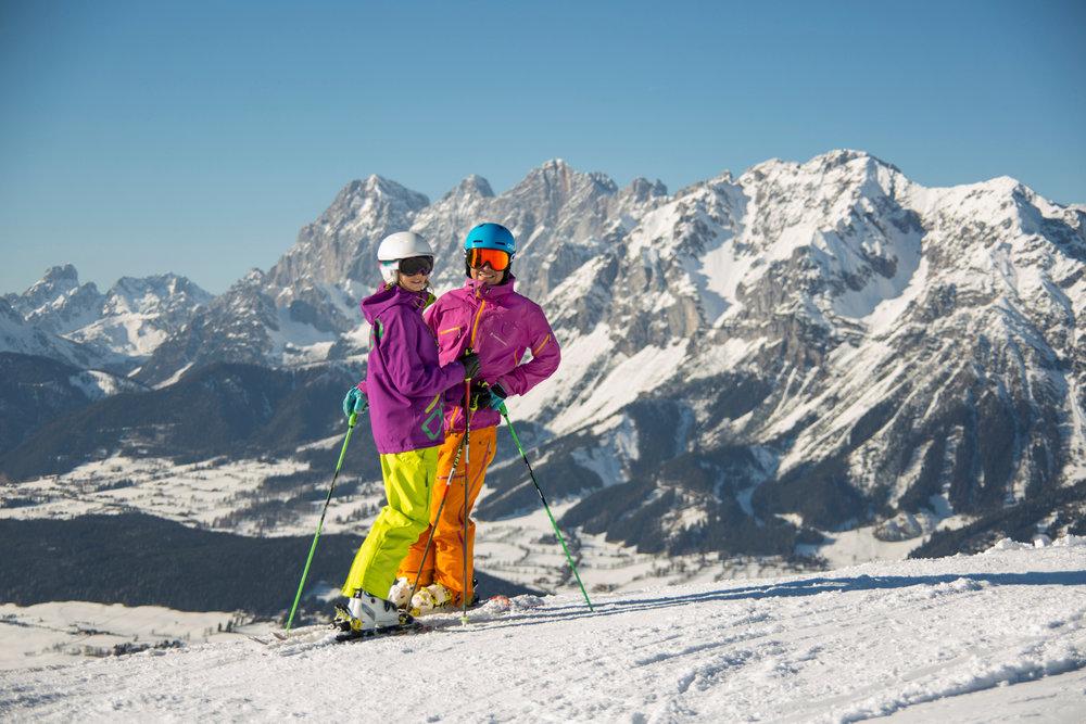 Skifahren im Skigebiet Planai/Hochwurzen mit Blick auf das Dachsteingebirge - © © Planai-Hochwurzen/Gregor Hartl