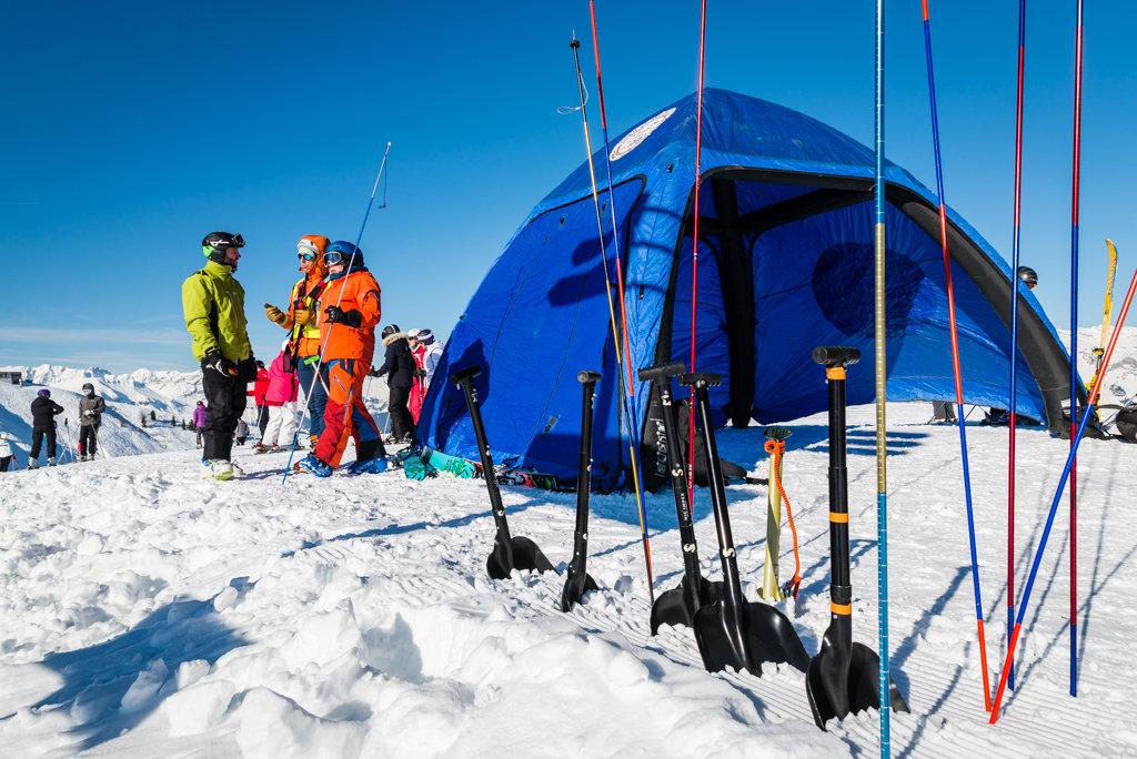 Atelier sensibilisation à la recherche en avalanche (DVA) dans le cadre du white week-end de Saint Gervais - © STBMA